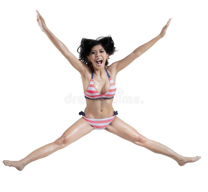 Радостная женщина в сексуальном бикини стоковая фотография rf
