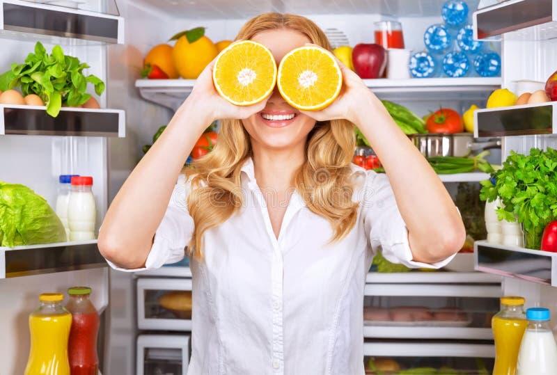 Радостная женщина на кухне стоковое фото
