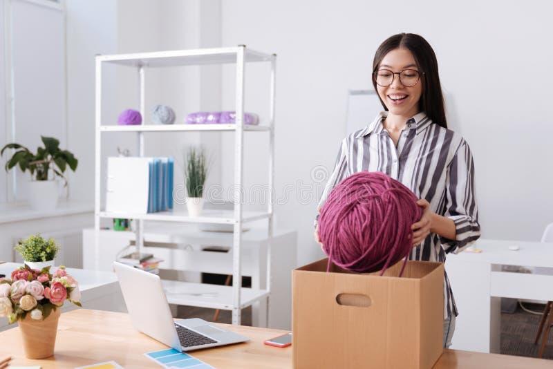 Радостная женщина принимая шарик потоков из коробки стоковые изображения rf