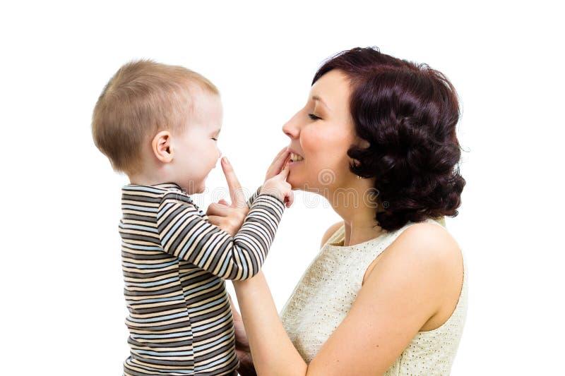 Будьте матерью игры с ее мальчиком малыша стоковое фото