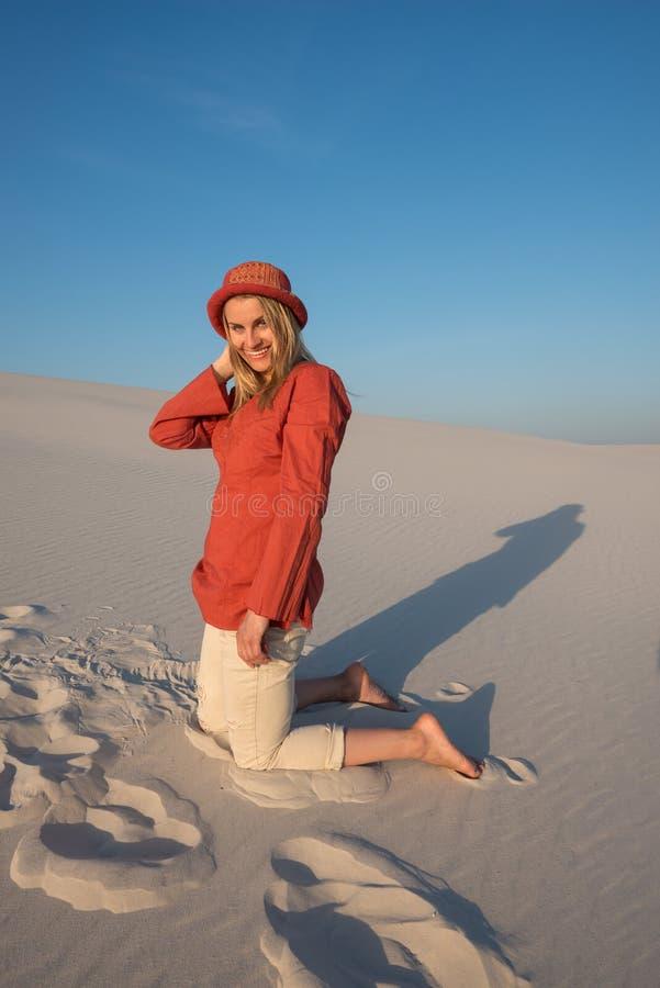 Радостная молодая женщина, белокурая в ярком оранжевом рубашки smil счастливо стоковые фотографии rf