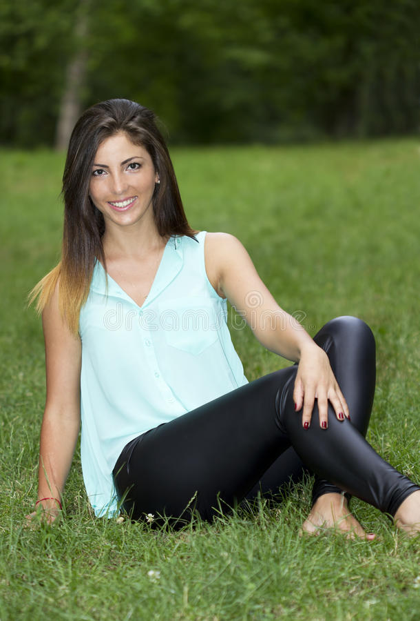 Радостная молодая женщина в парке стоковая фотография rf