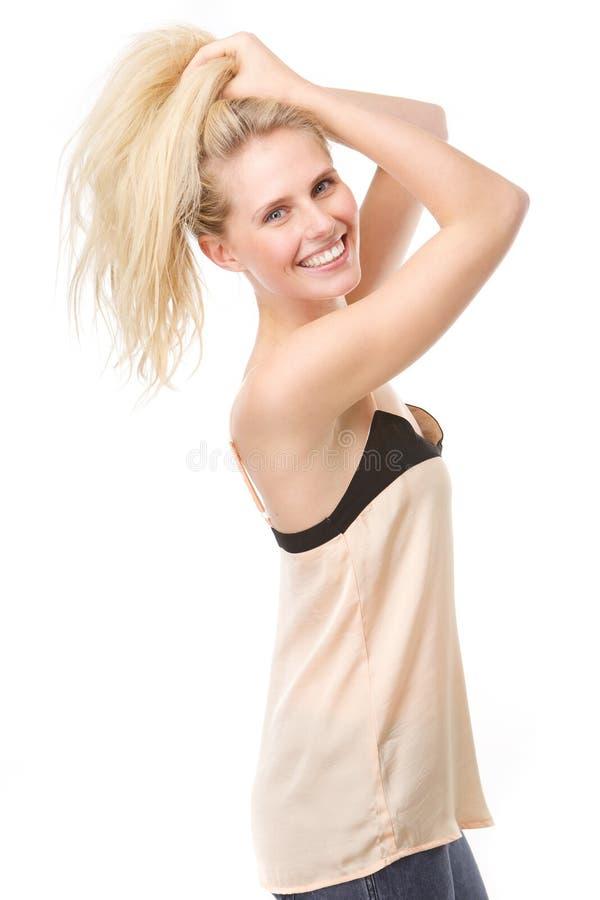 Download Радостная молодая женщина с руками в волосах Стоковое Изображение - изображение насчитывающей волосы, уверенно: 40583097