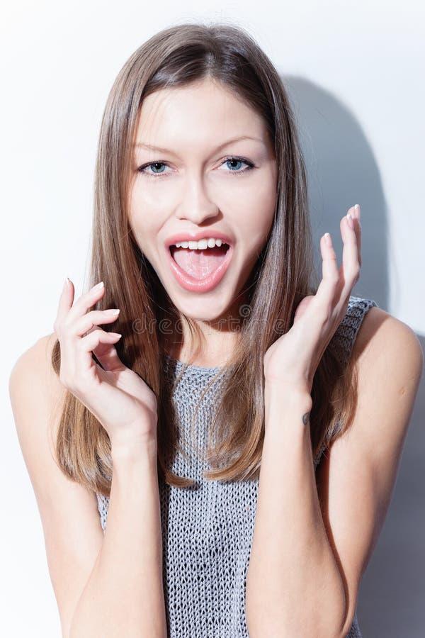 Радостное молодой женщины кричащее стоковое изображение rf