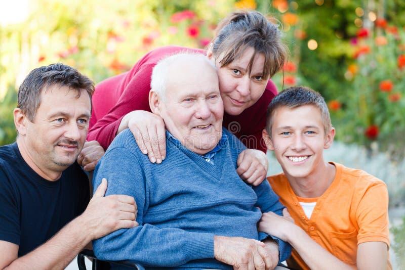 Радостное посещение семьи стоковые изображения rf
