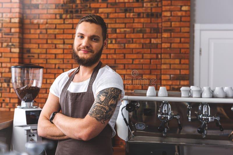 Download Радостный бородатый бармен работая в кофейне Стоковое Фото - изображение насчитывающей фасоли, жизнерадостно: 81802090