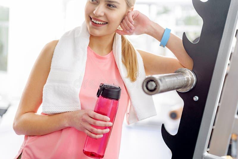 Радостный женский возлежать на инструменте фитнеса стоковые фотографии rf