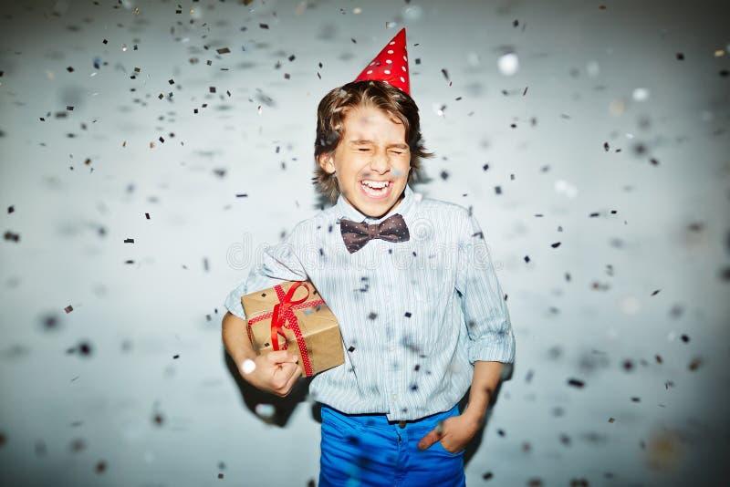 Радостный мальчик с подарком стоковое изображение