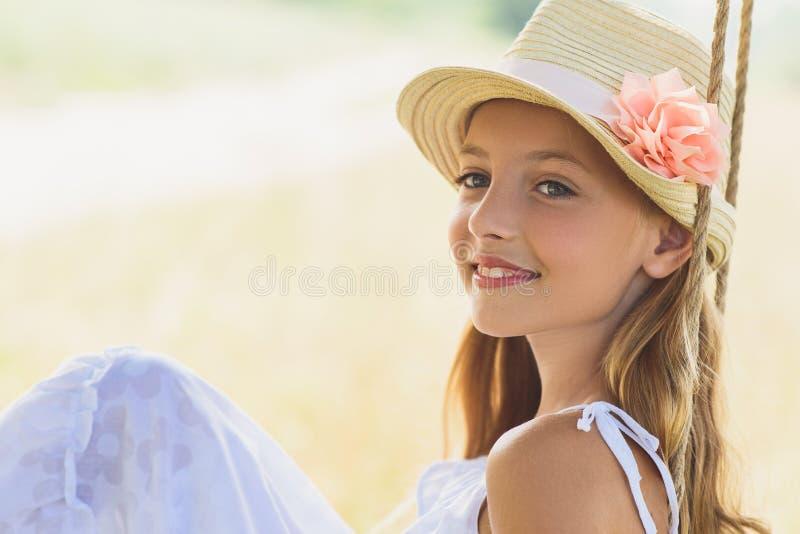 Радостный ребенок имея потеху в природе стоковое фото