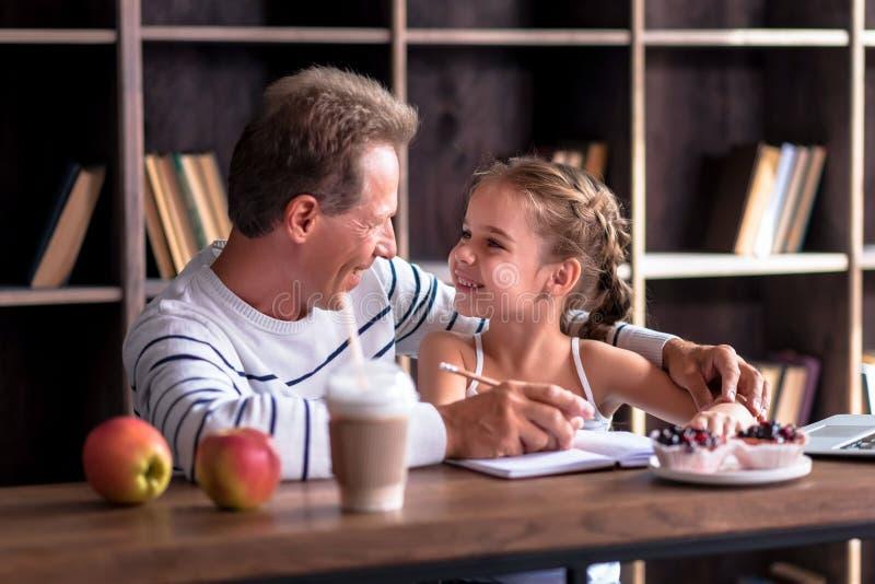 Радостный чертеж маленькой девочки с ее дедом стоковые изображения rf
