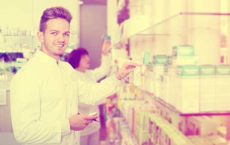 Радостный druggist человека в белом пальто стоковая фотография rf