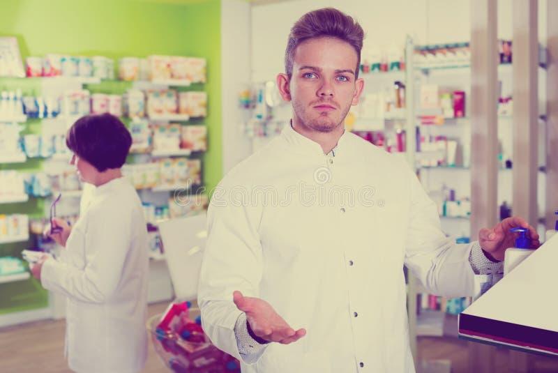 Радостный druggist человека в белом пальто стоковые изображения