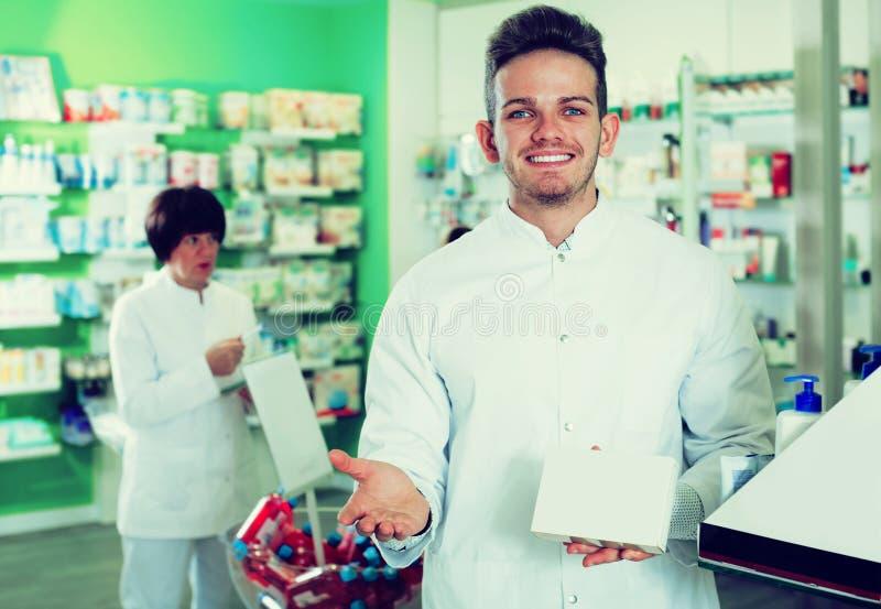 Радостный druggist человека в белом пальто стоковое фото rf