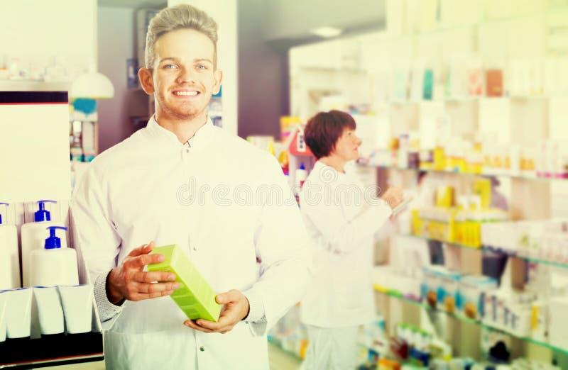 Радостный druggist человека в белом пальто стоковая фотография