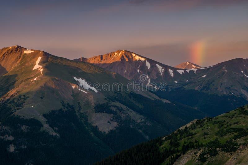 Радуга восхода солнца в горах Колорадо стоковые изображения rf