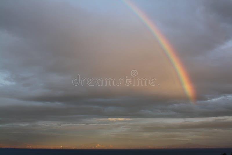 Радуга в облачном небе стоковое изображение rf
