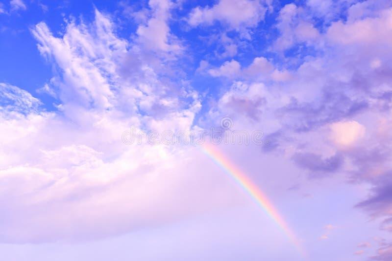Радуга и голубое небо, естественное явление стоковая фотография rf