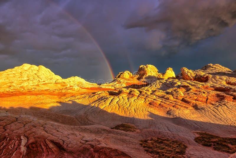 Радуга над карманн плато белым во время захода солнца стоковые изображения rf