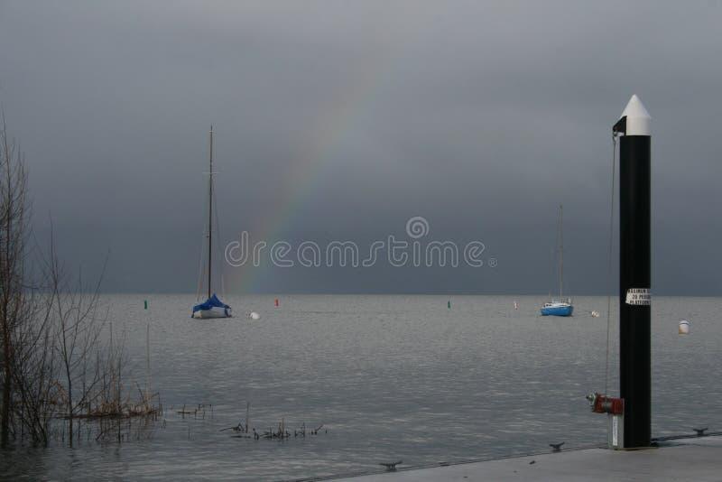 Радуга над парусником во время шторма стоковое фото rf
