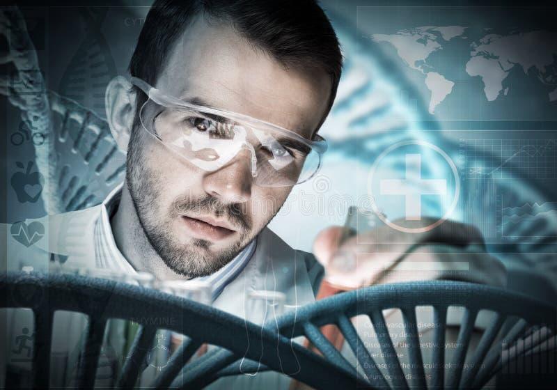 Реагенты молодого ученого смешивая в стеклянной склянке в клинической лаборатории стоковое изображение