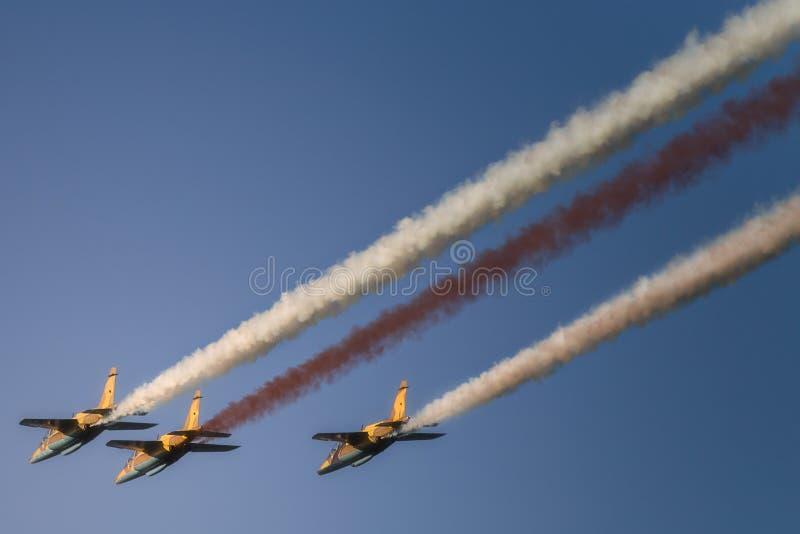Реактивное летание реактивного самолета в образовании на голубом небе стоковые фотографии rf