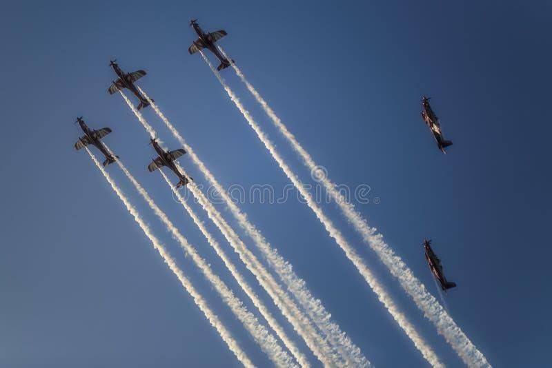 Реактивное летание реактивного самолета в образовании на голубом небе стоковое изображение