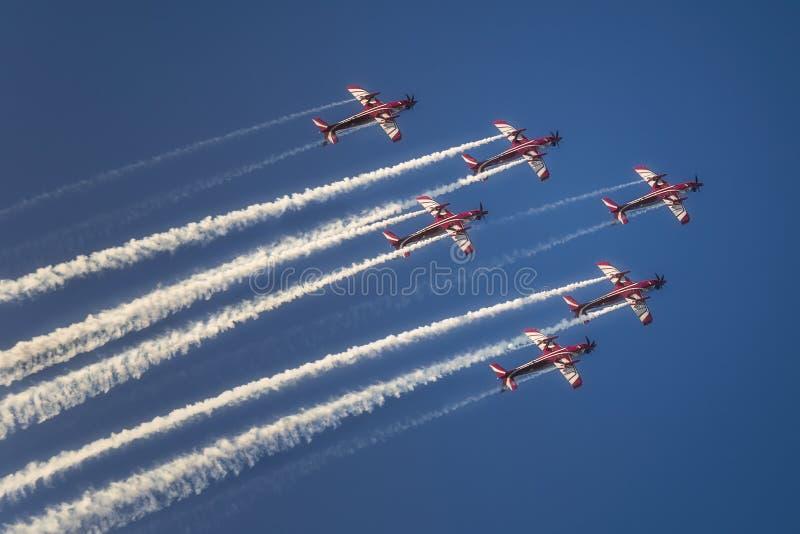 Реактивное летание реактивного самолета в образовании на голубом небе стоковые изображения