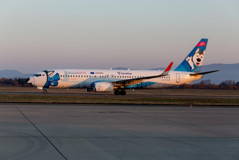 Реактивные самолеты Боинг 737-800 Assenger авиакомпаний NordStar на взлетно-посадочной дорожке Фюзеляж покрашен как лайка собаки  стоковые изображения