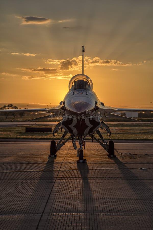 Реактивный истребитель буревестника на заходе солнца стоковая фотография
