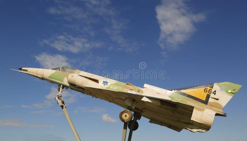 Реактивный истребитель Kfir C2 военновоздушной силы Израиля на кольцевой транспортной развязке в пиве Sheva стоковое изображение rf