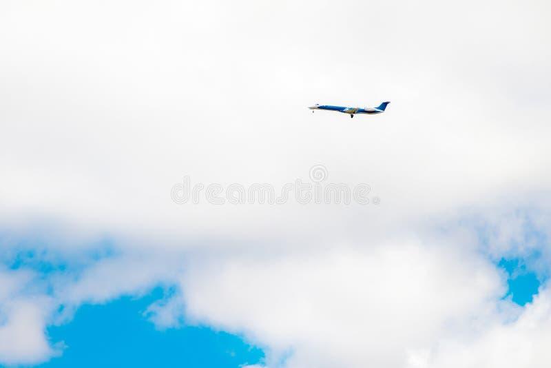 Реактивный самолет летает в облака неба стоковое фото rf