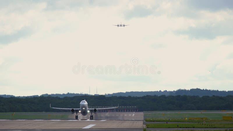 Реактивный самолет принимает  Самолет дела причаливая к такому же взлётно-посадочная дорожка стоковая фотография