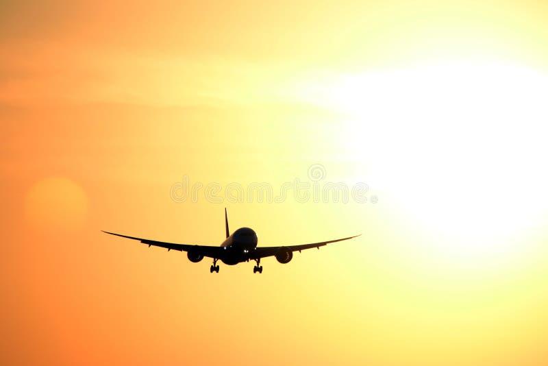 Реактивный самолет, летание, заход солнца стоковая фотография rf