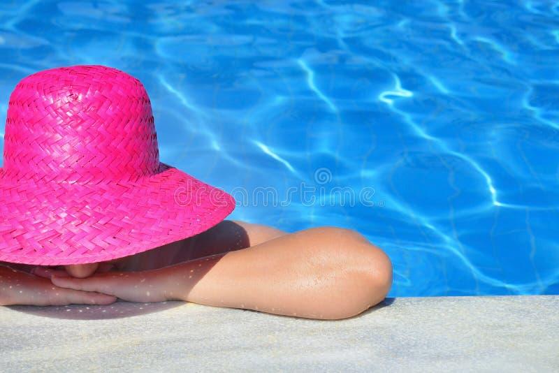 Реальная женская красота ослабляя в бассейне стоковые изображения rf