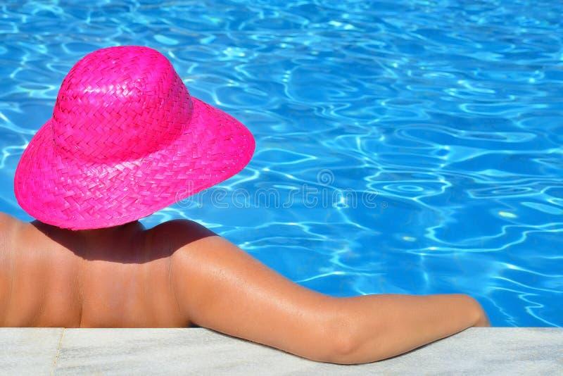 Реальная женская красота ослабляя в бассейне стоковые фотографии rf