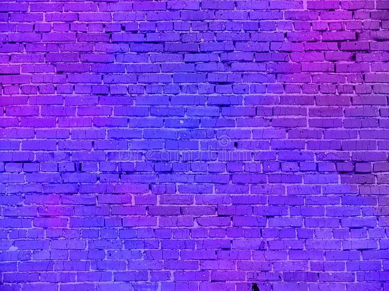 Реальное неоновое свето на кирпичной стене стоковая фотография rf