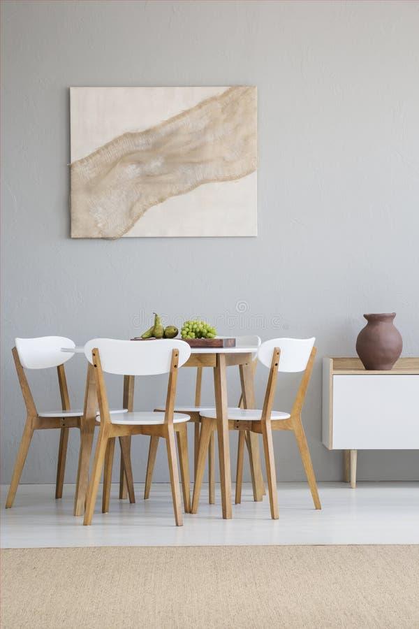 Реальное фото естественного, интерьер столовой scandi с roun стоковое фото rf
