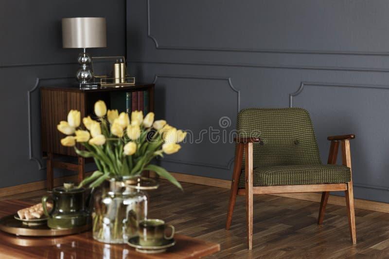 Реальное фото зеленого цвета, старомодное кресло в живущей комнате int стоковые изображения