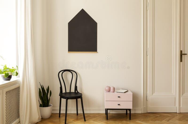 Реальное фото интерьера живущей комнаты, классн классный на стене стоковые фотографии rf