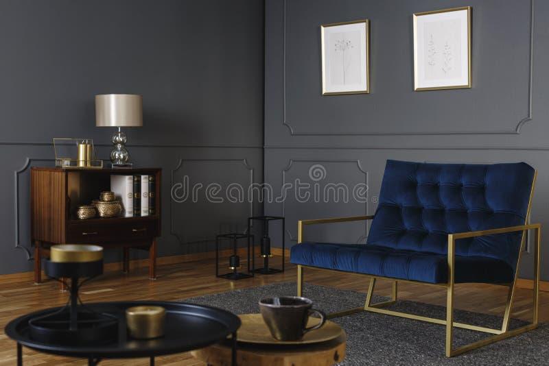Реальное фото кресла сини военно-морского флота с золотым положением рамки стоковые изображения