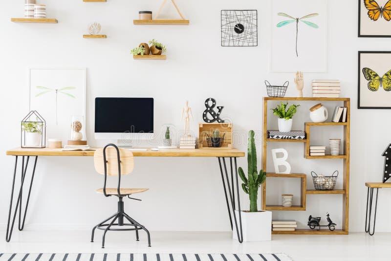 Реальное фото простого интерьера с столом, compute домашнего офиса стоковое фото