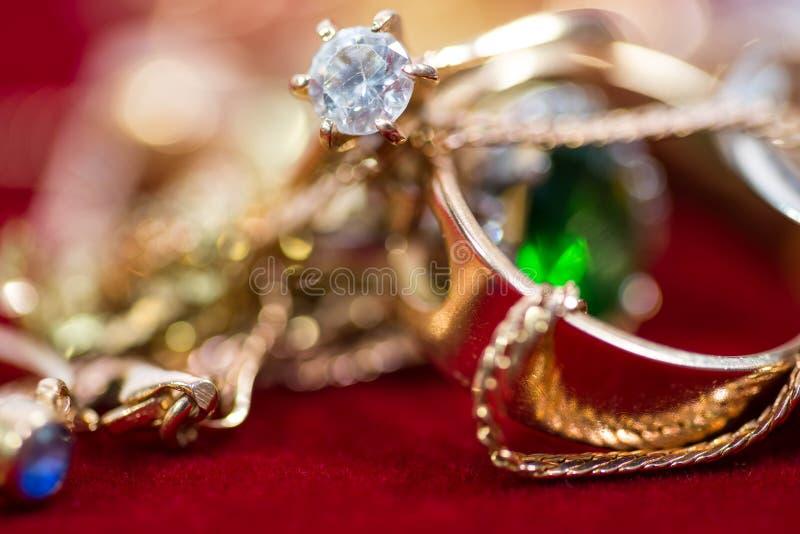 Реальные кольца золота с диамантами, самоцветами, концом ожерелья вверх по съемке стоковые изображения