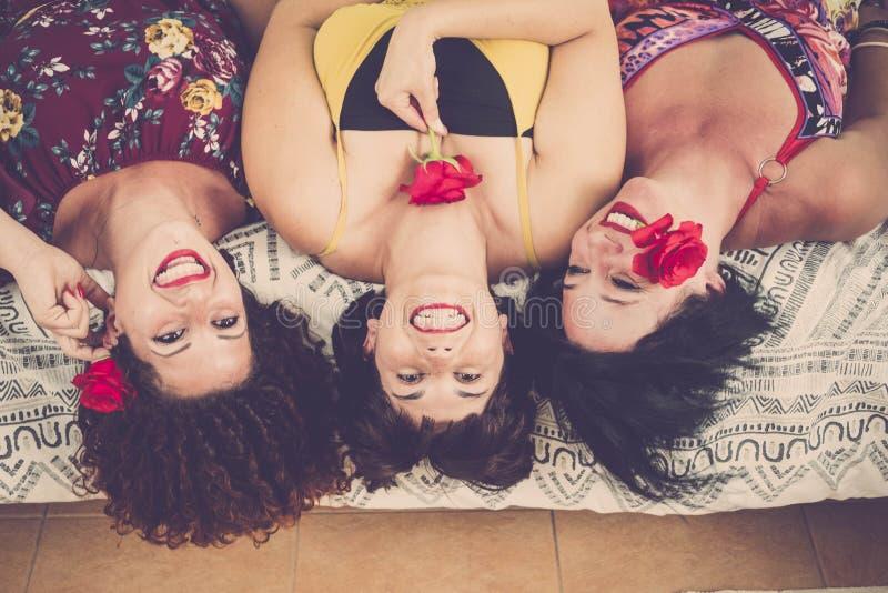 3 реальных девушки дома на кровати стоковое фото rf