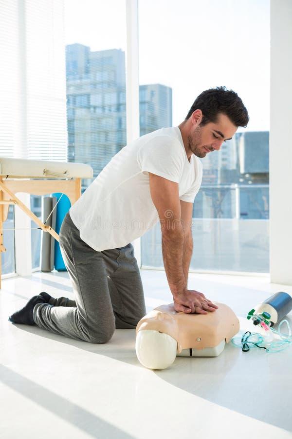 Реаниматология медсотрудника практикуя на кукле стоковое изображение rf