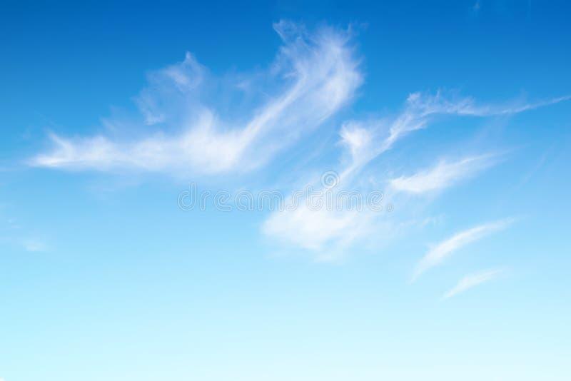 Реальное ясное голубое небо отсутствие облака с яркой предпосылкой солнечного света стоковая фотография rf