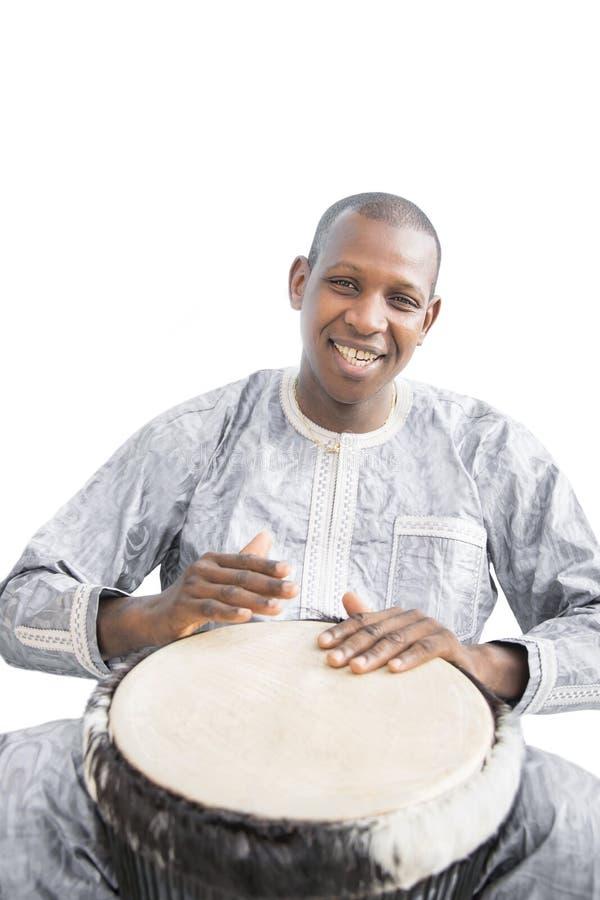 Реальный игрок Djembe, традиционная одежда, Сенегал стоковые фото