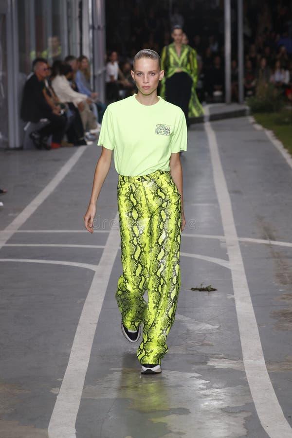 Ребекка Leigh Longendyke идет взлетно-посадочная дорожка во время -белого шоу как часть весны Womenswear недели моды Парижа/лета  стоковые изображения rf