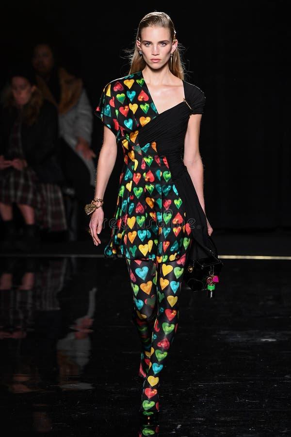 Ребекка Leigh Longendyke идет взлетно-посадочная дорожка на собрание Пре-падения 2019 Versace стоковое фото