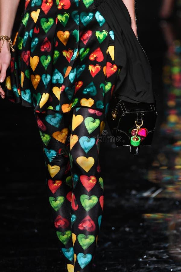 Ребекка Leigh Longendyke идет взлетно-посадочная дорожка на собрание Пре-падения 2019 Versace стоковое изображение rf
