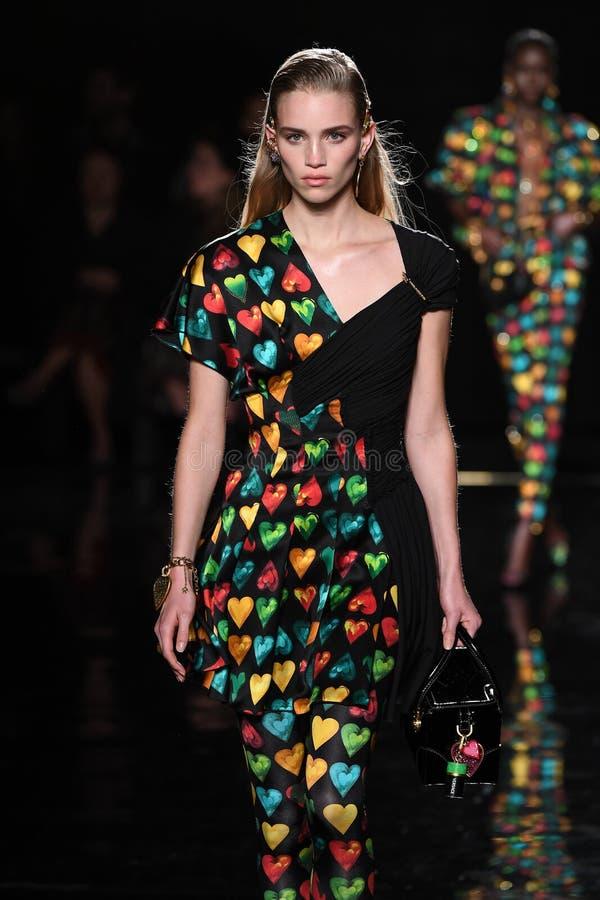 Ребекка Leigh Longendyke идет взлетно-посадочная дорожка на собрание Пре-падения 2019 Versace стоковая фотография